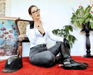 Equestrienne Domme Mistress Jadis in boots and spurs